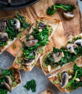Pesto on toast with kale and mushroom